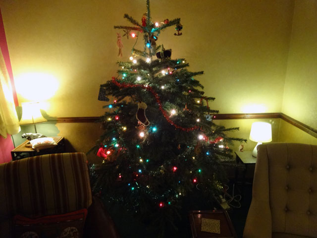 Here is a picture of the Christmas tree in the farmhouse at Mount Pleasant. I suppose that tomorrow it will have to be taken down and everything always ...